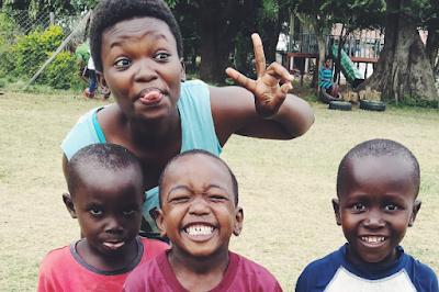 Esther vive en el proyecto de Mombasa. Le encanta escribir poemas.