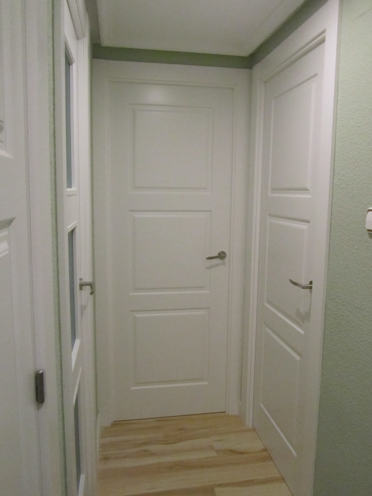 Puertas lozano instalacion de puerta blindada puertas for Suelo gris y puertas blancas