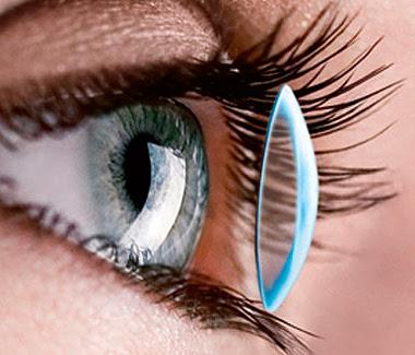 ojo con lentilla
