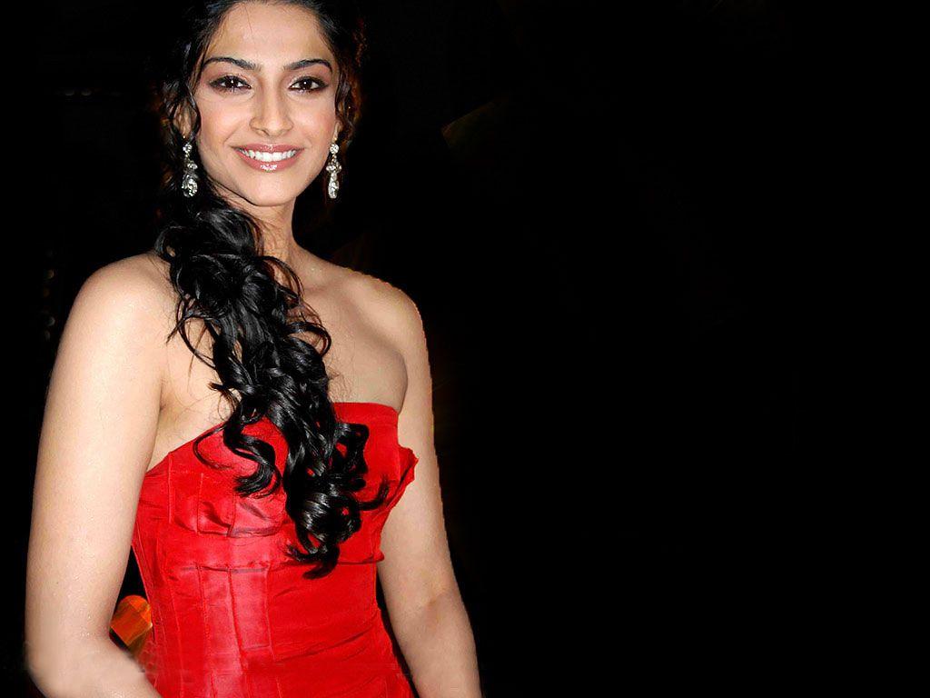 Bollywood Beautiful Actress Sonam Kapoor Latest Wallpaper -6097