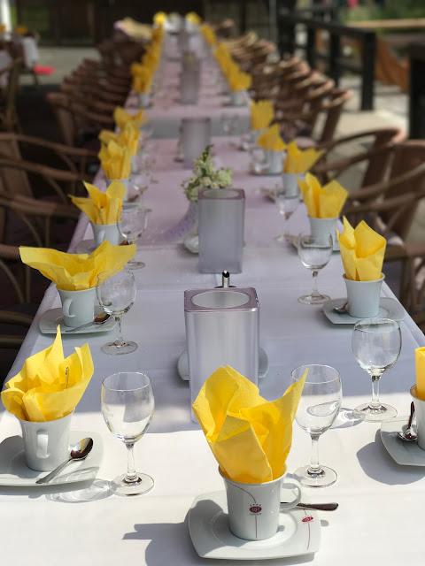 Kaffeetafel, Hochzeit in Gelb, Sommer, Sonne, Natur, Sommerhochzeit am See in den Bergen, Riessersee Hotel Garmisch-Partenkirchen, Hochzeitsplanerin Uschi Glas