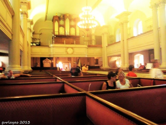 Separated seats at King's Chapel Boston by gurlayas.blogspot.com