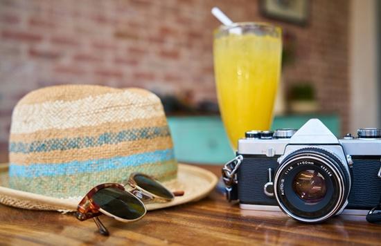 Chapéu, óculos e câmera fotográfica