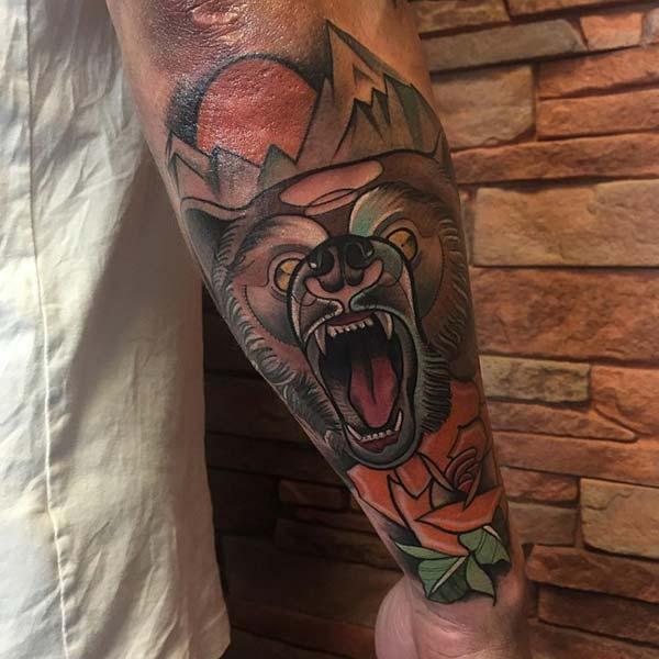 erkek kol dövmesi ayı figürü