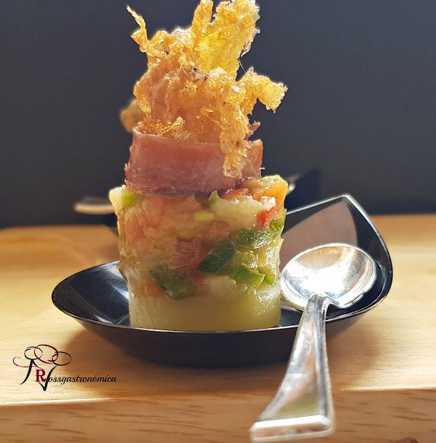 Pincho de Ensaladilla de anchoa con puntilla de huevo frito