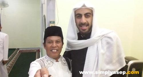 Penulis dengan Imam Syech Anas Jaber di Masjid Babussalam Duta Bandara ahad 20 Mei 2018 jam 21l8 WIB. Tongsis yang saya bawa ada manfaatnya juga.  Foto selfie