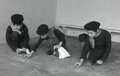 Les billes (scène du film, acteurs les élèves de l'école des Gautherets)