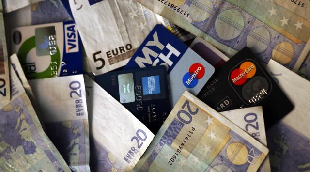 Αντισυνταγματικός ο νόμος για το αφορολόγητο μόνο με πλαστικό χρήμα;