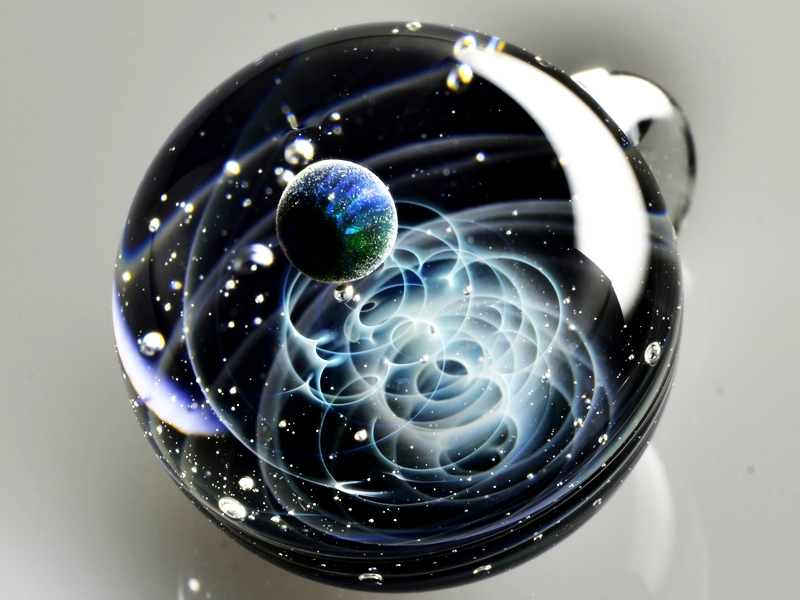 11-Satoshi-Tomizu-とみず-さとし-Galaxies-Sculpted-in-Space-Glass-Globes-www-designstack-co