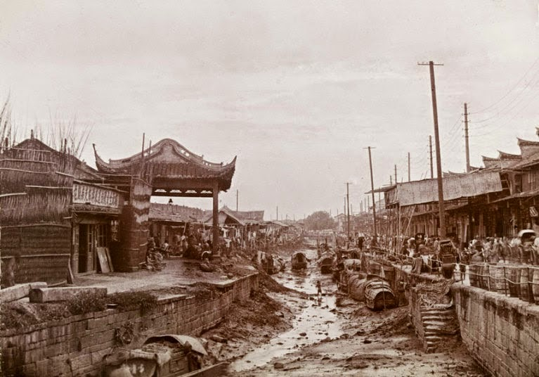 11 rare vintage photographs captured daily life in china for Architecture 1900