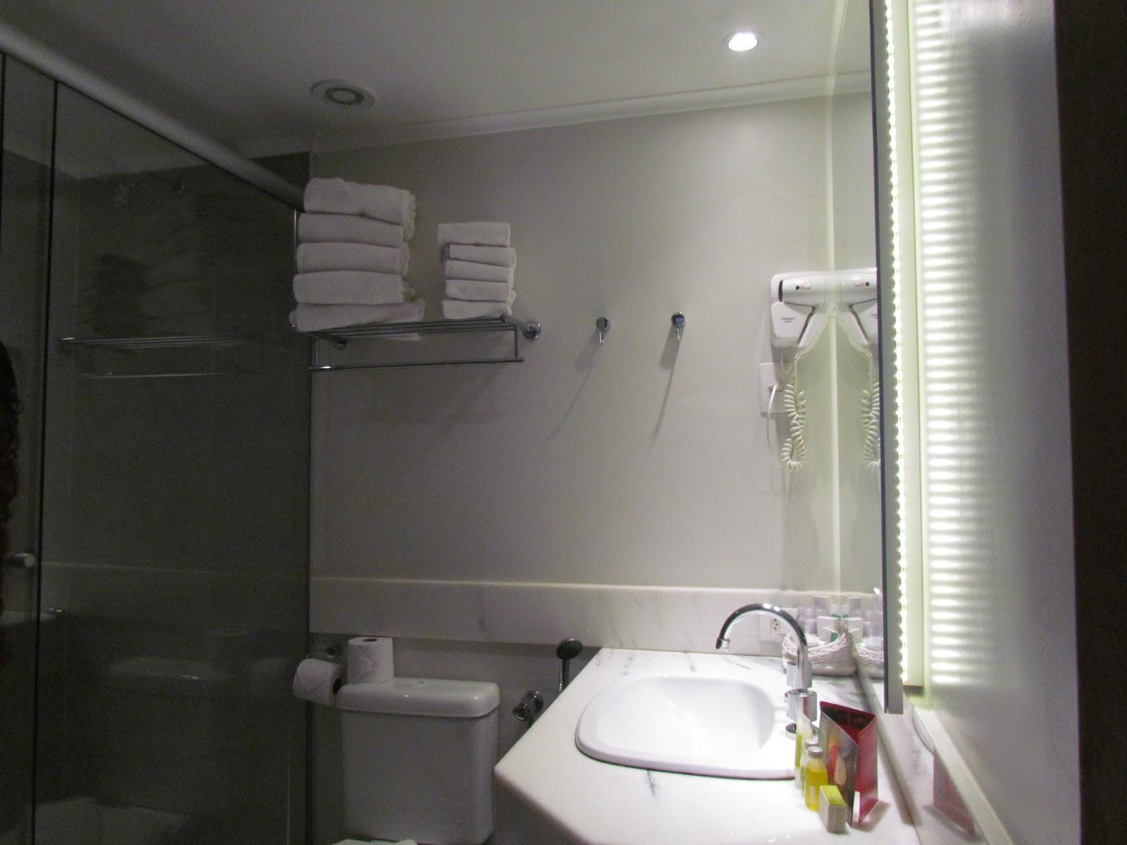 Banheirocom excelente ducha. Cremes e óleos da Natura como amenidades  #615C4F 1600x1200 Banheiro Compartilhado Em Hotel