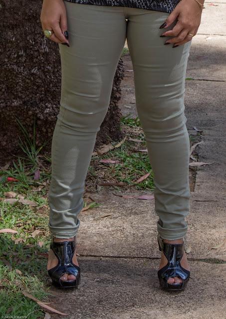 Calça verde militar + blusa de malha com renda