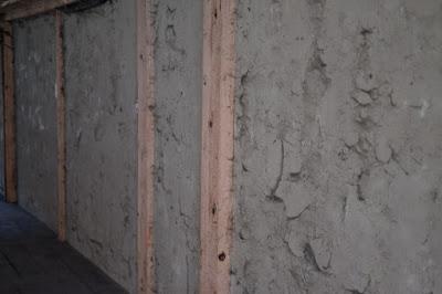 生坂村の古民家カフェ・ひとつ石の掃除前 壁にびっしりと埃が