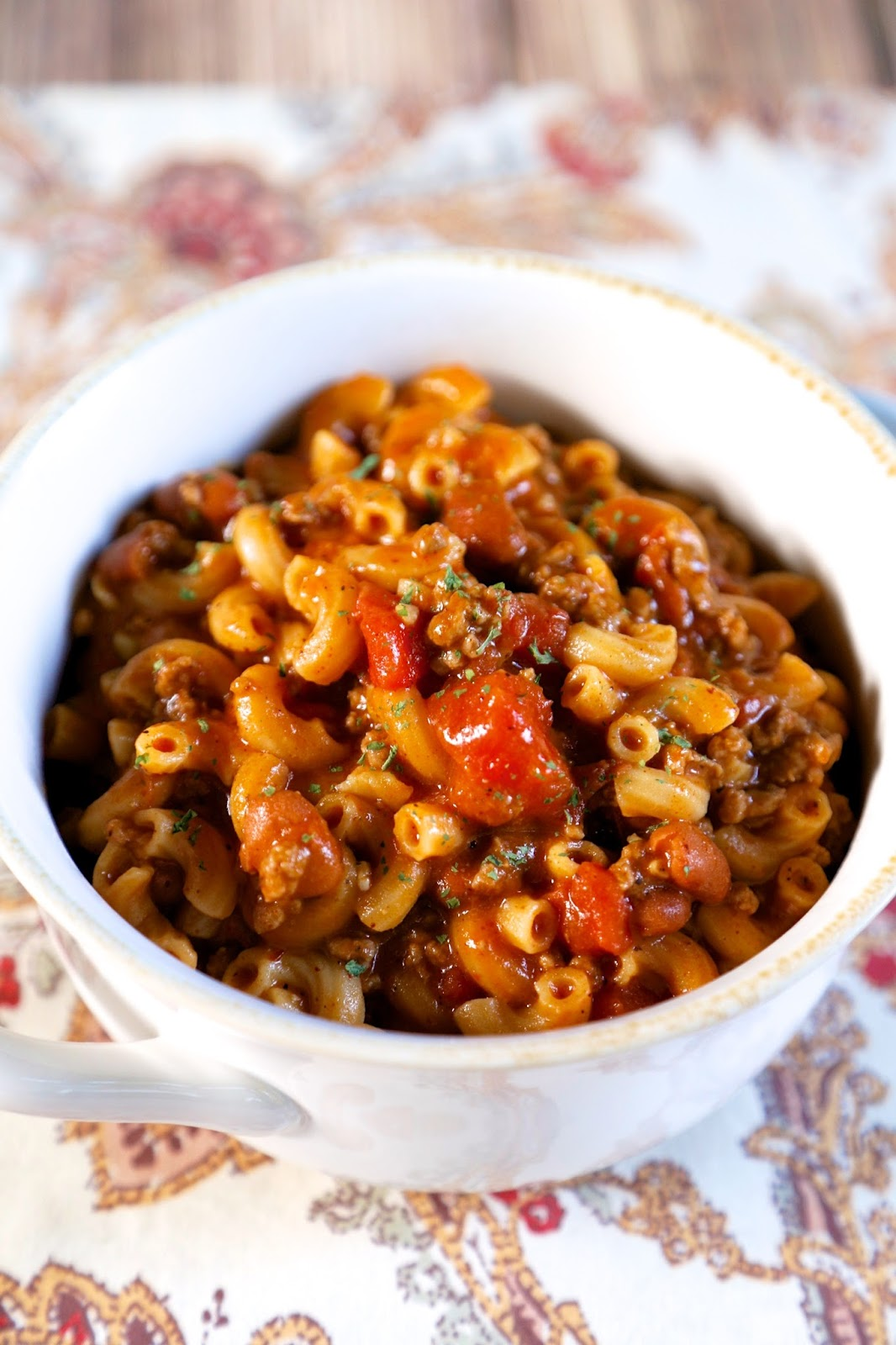 One Pot Chili Mac {No Boil} - chili and pasta simmered in the same pot! No need to precook the pasta! Hamburger, garlic, onion flakes, tomato sauce, diced tomatoes, beef broth, macaroni, chili seasoning, chili powder and chili beans.Great quick and easy weeknight meal! #chili #onepotmeal