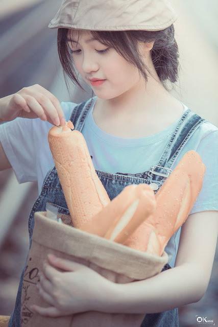 Ảnh hot girl tạo dáng bán bánh mỳ cực đẹp