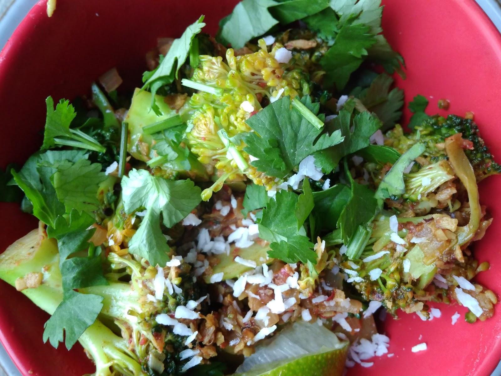 Brokuły z patelni z kokosem, limonką i kolendrą