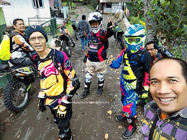 Mengecek persiapan trabas trail adventure di lereng Gunung Galunggung.