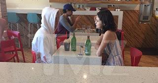 Selena Gomez é vista dentro da casa de Justin Bieber