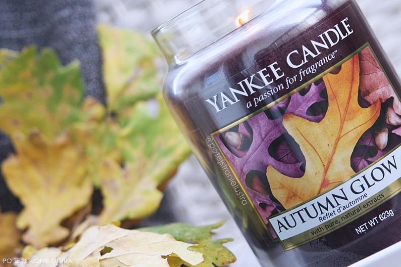 yankee candle autumn glow na tle jesiennych liści