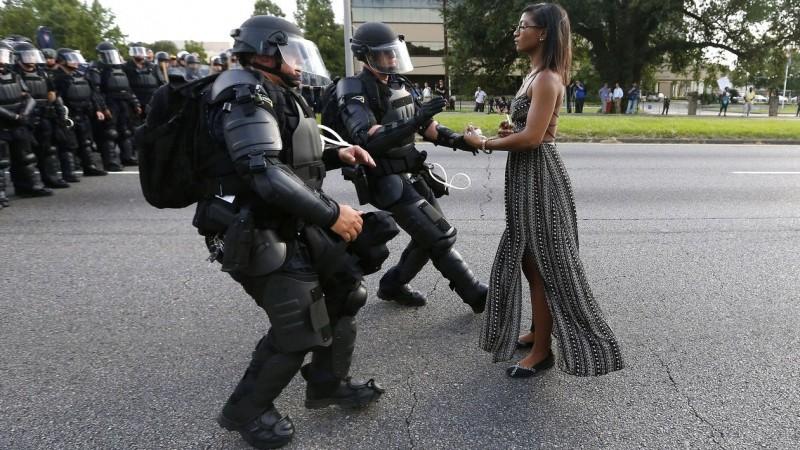 Foto Iesha Evans ditangkap polisi yang mendunia