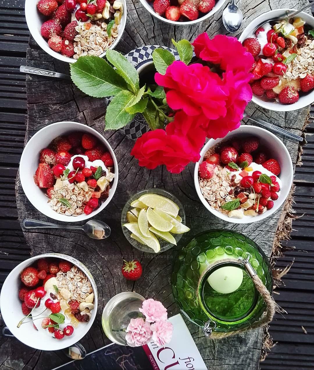 Prażone płatki orkiszowe z jogurtem i owocami lata