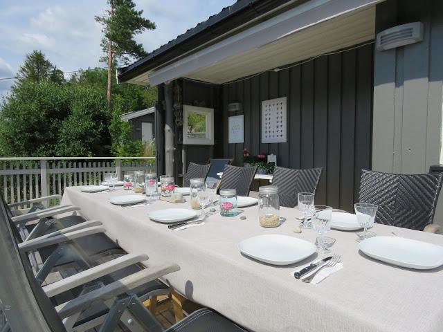 Borddekking til sommerfest på hytteverandaen