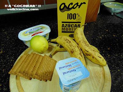 copa de plátano al caramelo con galleta y yogurt