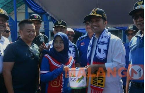 Wagub Jatim ngecat Stadion Kanjuruhan, Dengan Ribuan Aremania