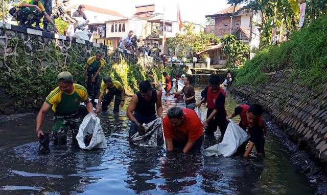 Gandeng Komunitas Kali Bersih Magelang, 15 Prajurit kostrad Bersihkan Kali Bening
