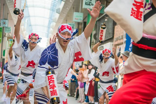 江戸っ子連、粋な男踊りの踊り手による高円寺パル商店街、流し踊り 1