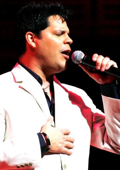 Foto de Rey Ruiz cantando en concierto
