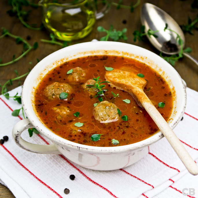 Verse tomatensoep met tuinkruiden en gehaktballetjes