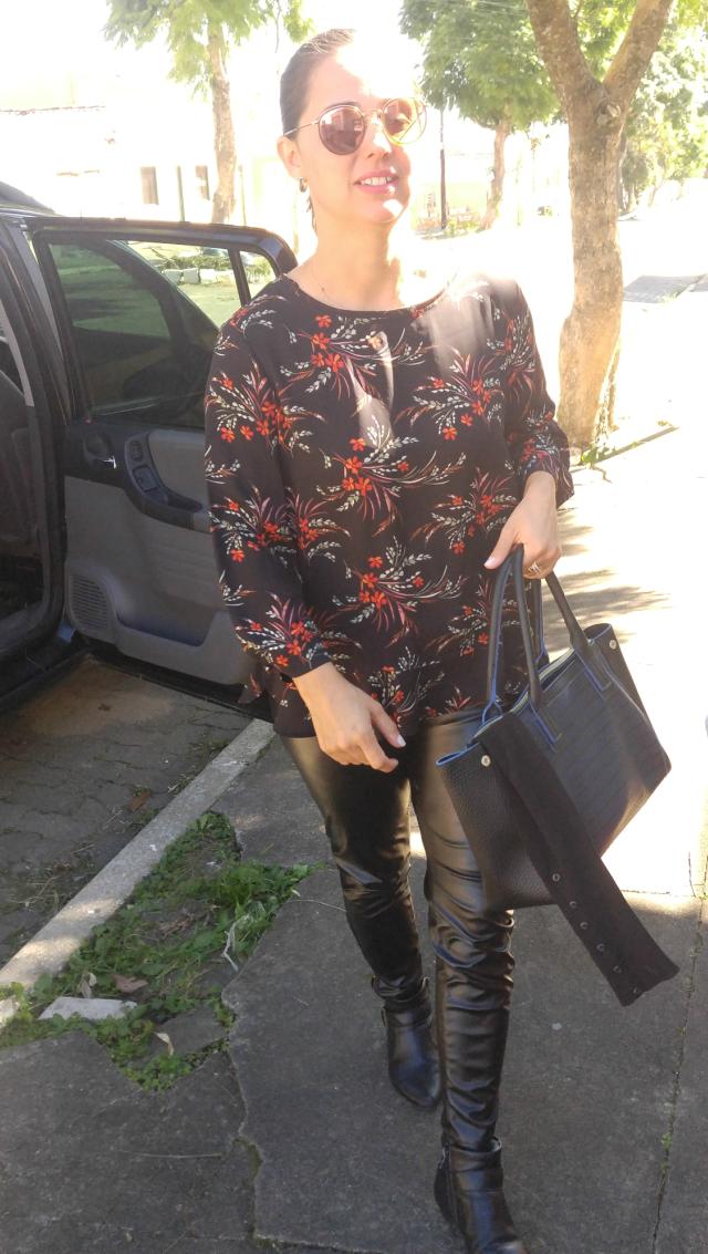 Skinny de couro e blusa floral