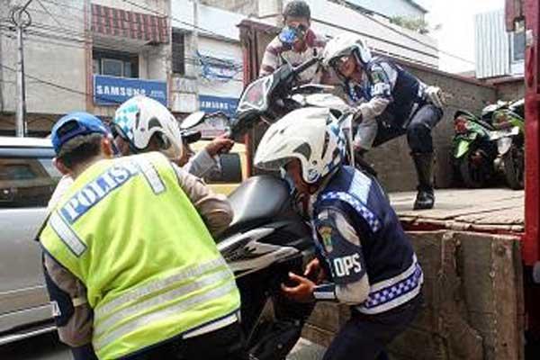 Warga Minta Polisi -TNI Membantu Dishub & Satpol PP Tertibkan Praktek Parkir Liar di Karawang