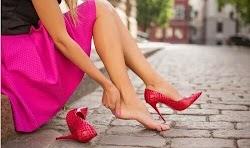 Αγοράσατε καινούργια παπούτσια σε προσφορά. Ήταν μεγάλη ευκαιρία και, παρόλο που είναι μισό νούμερο μικρότερα από το πόδι σας, τα αρπάξατε ...