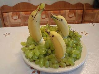 pisang disusun menyerupai lumba-lumba