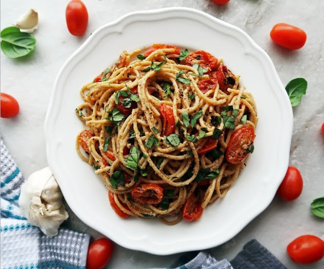 BLACK PEPPER & PARMESAN SPAGHETTI WITH GARLIC ROASTED TOMATOES #vegetarian #dinner