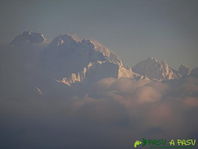 Ruta al Pico Gobia y La Forquita: Picos de Europa entre nubes desde el Pico Gobia