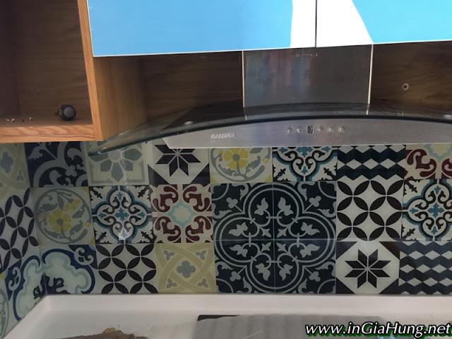 Thi công vách bếp kính cường lực in hoa văn gạch bông cực đẹp tại Phú Mỹ Hưng, quận 7, TpHCM