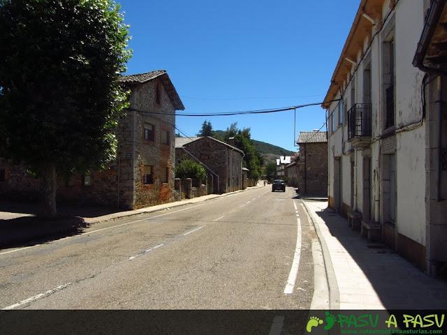 Carretera atravesando Puebla de Lillo