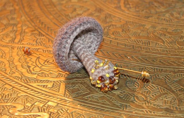 szydełkowa broszka grzybek