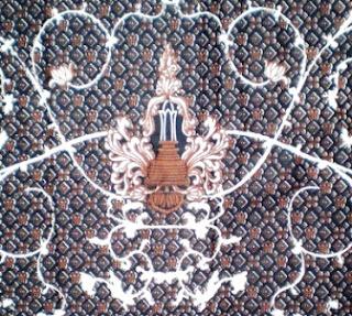 Batik Malang tersohor dan populer akan motifnya yang condong karater cerah. Warna dasar adalah biru kemudian ditimpa dengan warna putih cerah, kemdian bahan tersebut masih ditimpa dengan warna berwarna merah. Biasanya motif Malangan mempunyai pola atau simbol-simbol icon kota Malang, contohnya lukisan candi yang ada di kota Malang.
