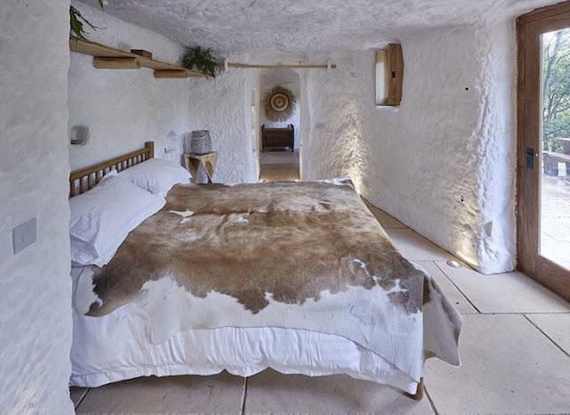 Hombre convierte cueva de 700 años en una casa de ensueño