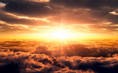 Raios de sol entre nuvens. #PraCegoVer