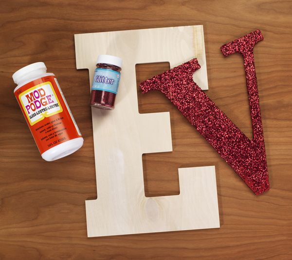 Love on the Edge DIY Monogram @craftsavvy @sarahowens #valentines #wedding #country #monogram #mantel #diy #letters