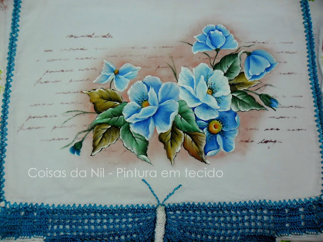 pintura de papoulas azuis em pano de copa