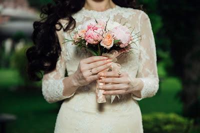 Novia caminando sola hacia el altar sosteniendo un ramo de flores