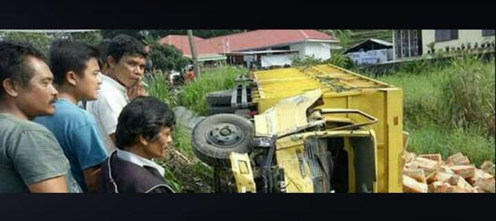 Warga menyaksikan truk yang menimpa 2 murid SD di Taput