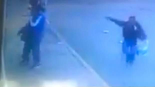 VIDEO; Momento en que sicario ejecuta cobardemente por la espalda a un comandante del Edomex