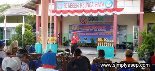 Ketua PGRI Kabupaten Kubu Raya Frans Randus saat memberikan pesan pesannya sebelum menutup secara resmi PORSENI Guru Tingkat kabupaten Kubu Raya Tahun 2018 di SDN 09 Sungai Raya (6/8). Foto Asep Haryono